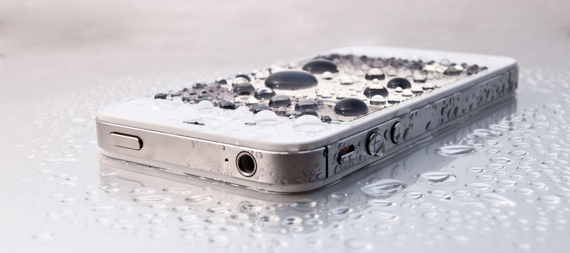 Что делать, если телефон упал в воду - экраном вверх